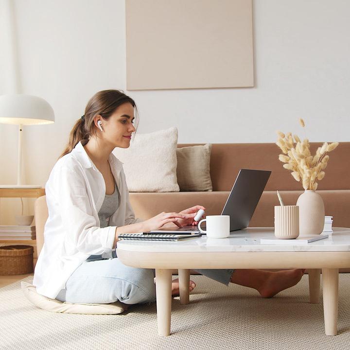 Frau nutzt Online-Verhütungsberatung